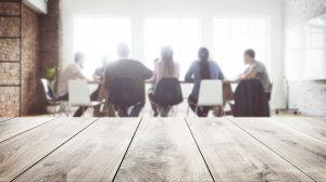 Pessoas em uma mesa propõem ideias para a criação de um roteiro de vídeo institucional (Imagem: Freepik)