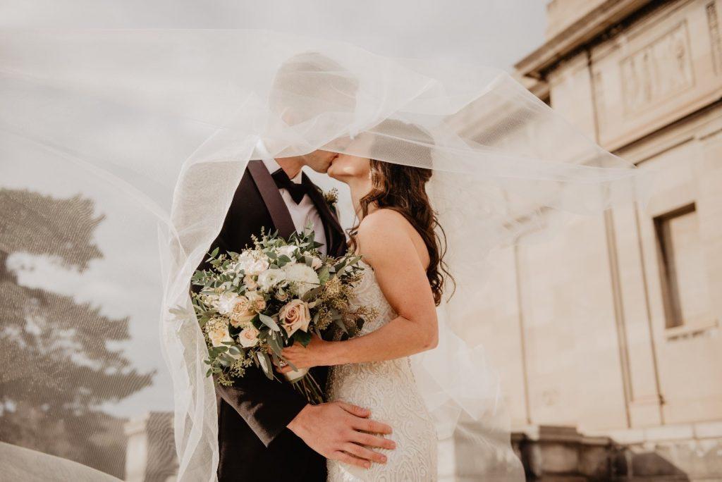 Noivos se beijam após a cerimônia realizada a partir de um roteiro para celebrante de casamento (Imagens: Pexels)